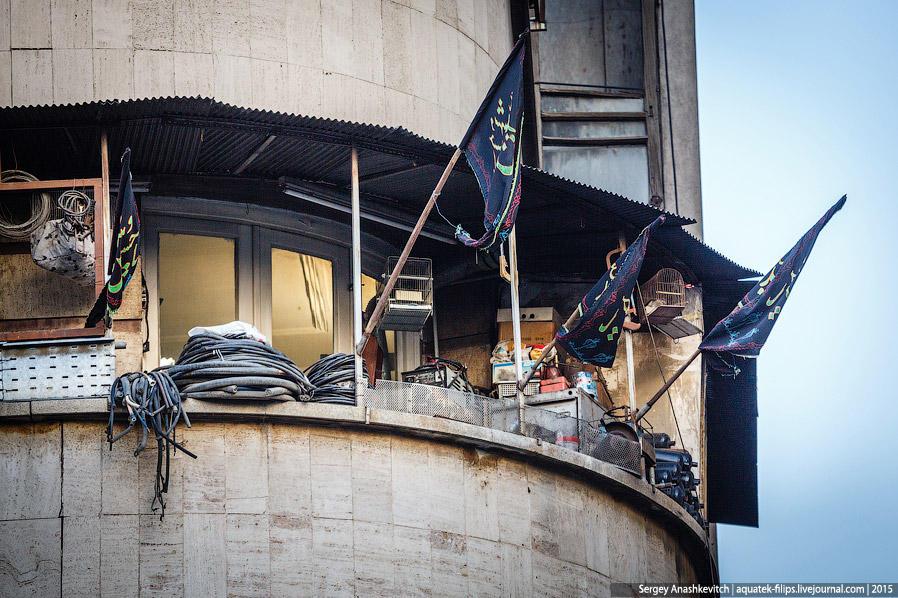 20. Естественно, такие же флаги и вымпелы висят в огромном количестве на зданиях и балконах.