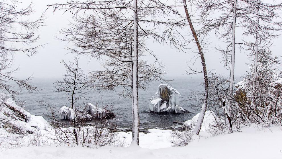 16. Снег и лёд наступают на озеро. Медленно, но верно захватывают его, постепенно нарастая на б