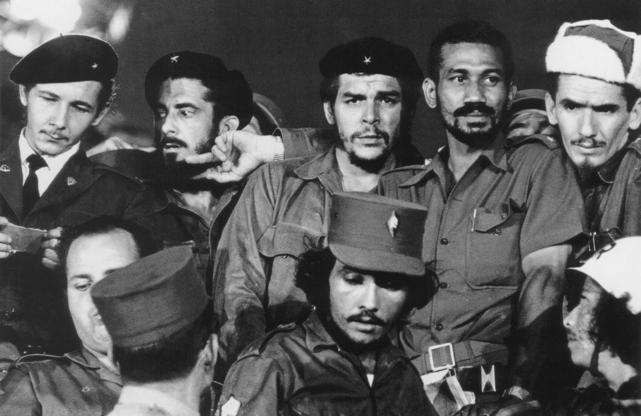 После победы революции Че Гевара получил кубинское гражданство, был начальником гарнизона крепости Л