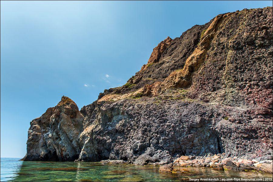 В некоторых местах на берегу, под самым мысом, кажется, что лава застыла буквально несколько дней на