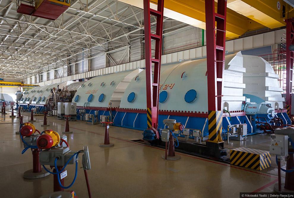 37. Просто огромный зал с невероятным количеством труб, двигателей и агрегатов. Пар, выделяемый
