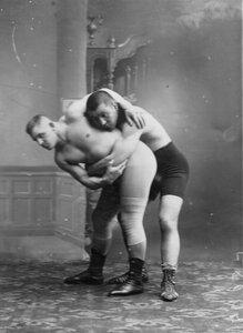 Борец Н.Поспешил демонстрирует прием захват человека, справа - борец Муханара