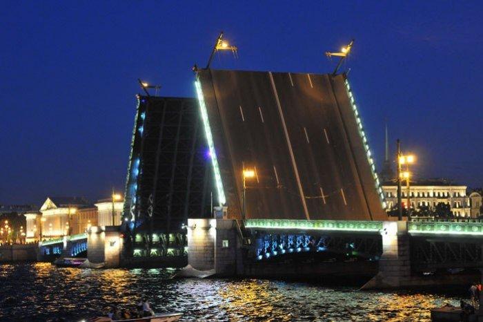 Дворцовый мост данной ночью разводили под музыку Андрея Петрова