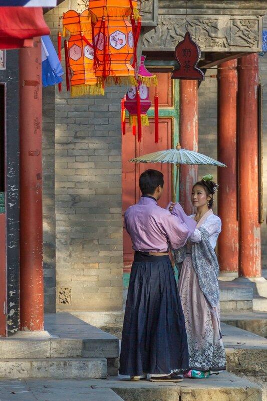 Молодая пара на улице Сучжоу в парке Ихэюань, Пекин