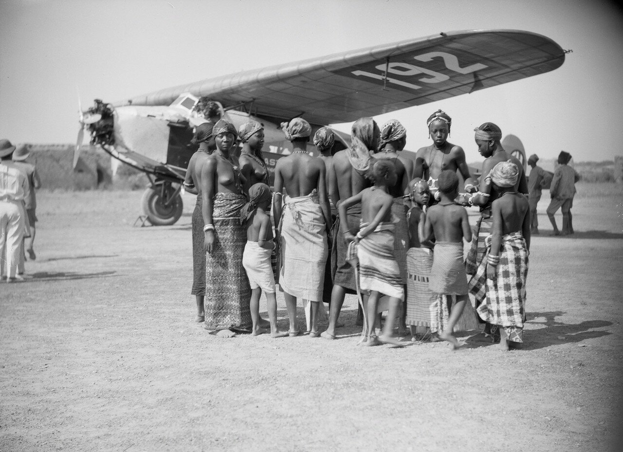 Группа женщин и детей перед фоккером