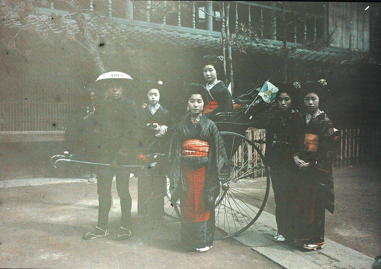 Токио. Рикша и группа гейш