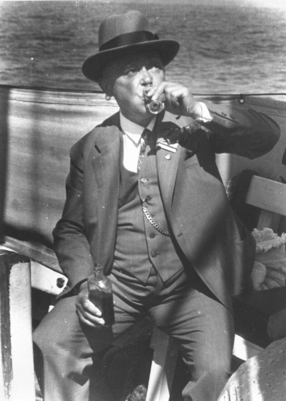Пассажир пьет шнапс против укачивания