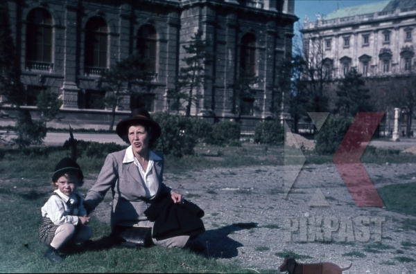 stock-photo-1945-wien-vienna---hofburg-links-and-kunsthistorisches-museum-destroyed-bombed-damage-mother-with-baby-10717.jpg