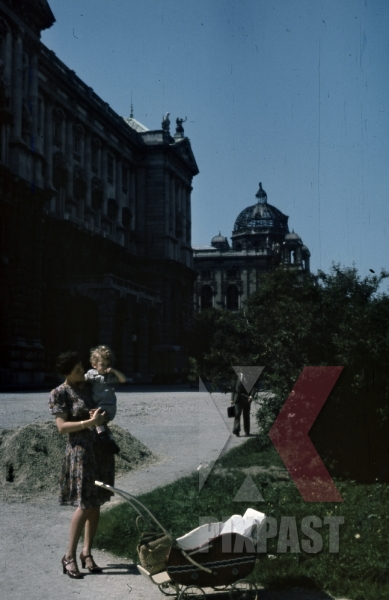 stock-photo-1945-wien-vienna---hofburg-links-and-kunsthistorisches-museum-destroyed-bombed-damage-mother-with-baby-10723.jpg