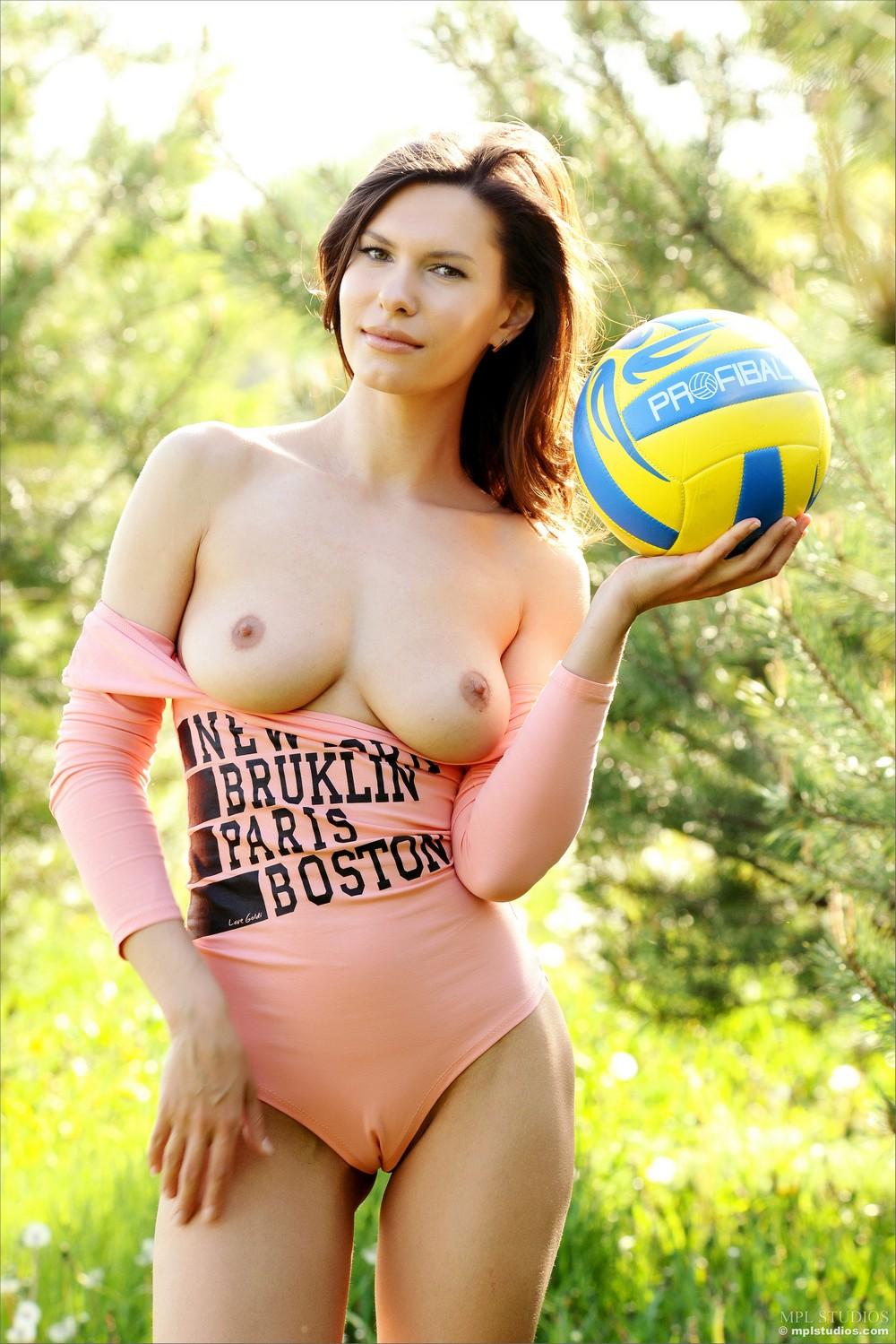 Suzanna на свежем воздухе с мячом