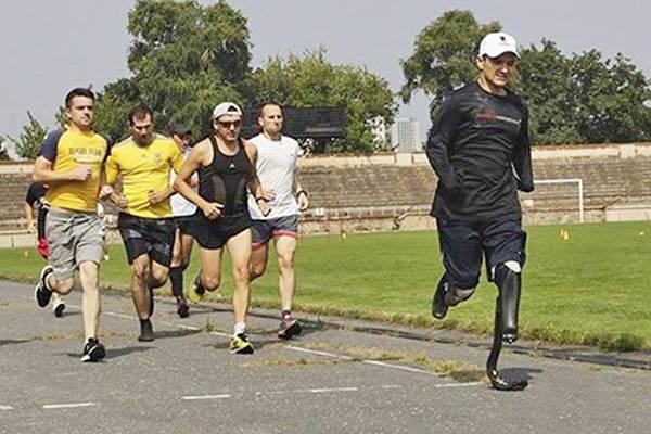 Несгибаемый духом: Инвалид АТО лишился стопы и кисти рук на фронте, а теперь примет участие в марафоне на 5 км в США