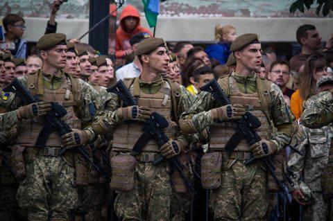 """""""Прошел круг. И снова на Майдане, но уже на военном параде"""", - избитый """"Беркутом"""" студент, стал добровольца АТО (видео)"""