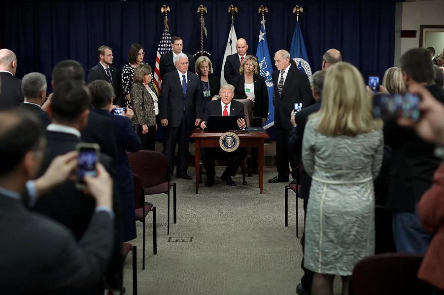 Трамп подписывает один из исполнительных указов 25.01.17.png
