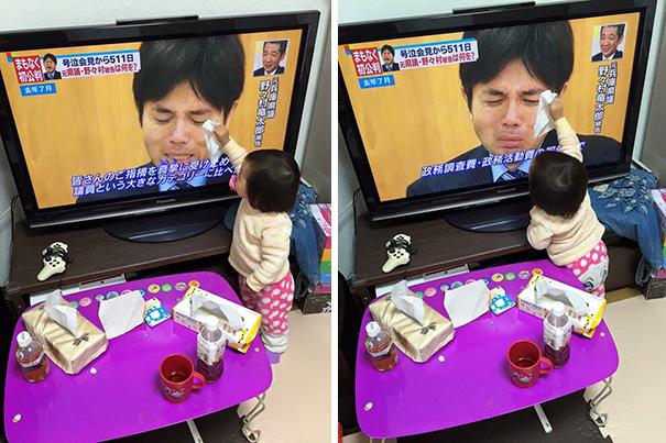 Малыш пытается утереть слезы японскому политику.