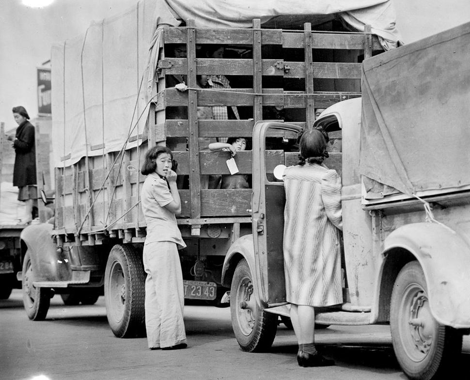 Последних жителей Редондо-Бич японского происхождения вывозят грузовиками.