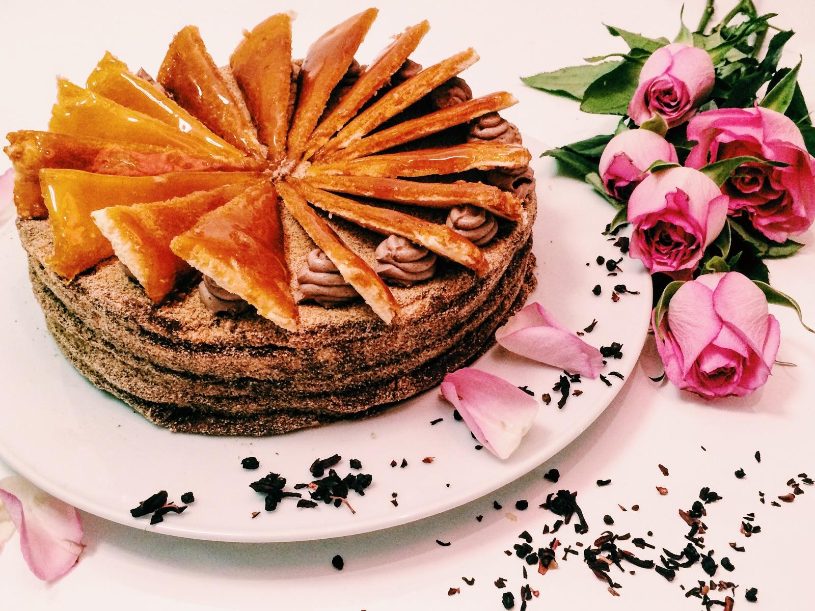 Добош. Это венгерский торт, сделанный из 7 бисквитных коржей. Между коржами находится шоколадный кре