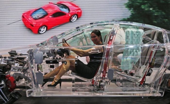 Эта полностью рабочая машина на 100% выполнена из органического стекла. На ее примере можно посмотре