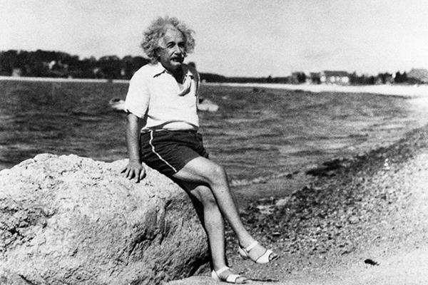 Однако долго сохранять верность традиционным семейным ценностям Эйнштейн не смог. Его любвеобильная