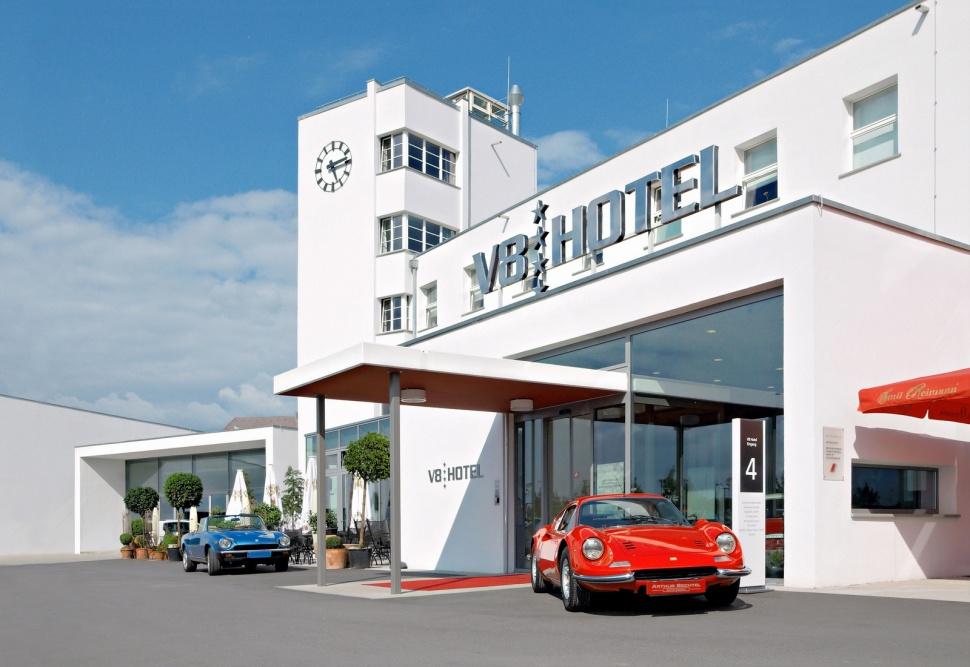 V8 Hotel — ночи в ретроавтомобиле (33 фото)