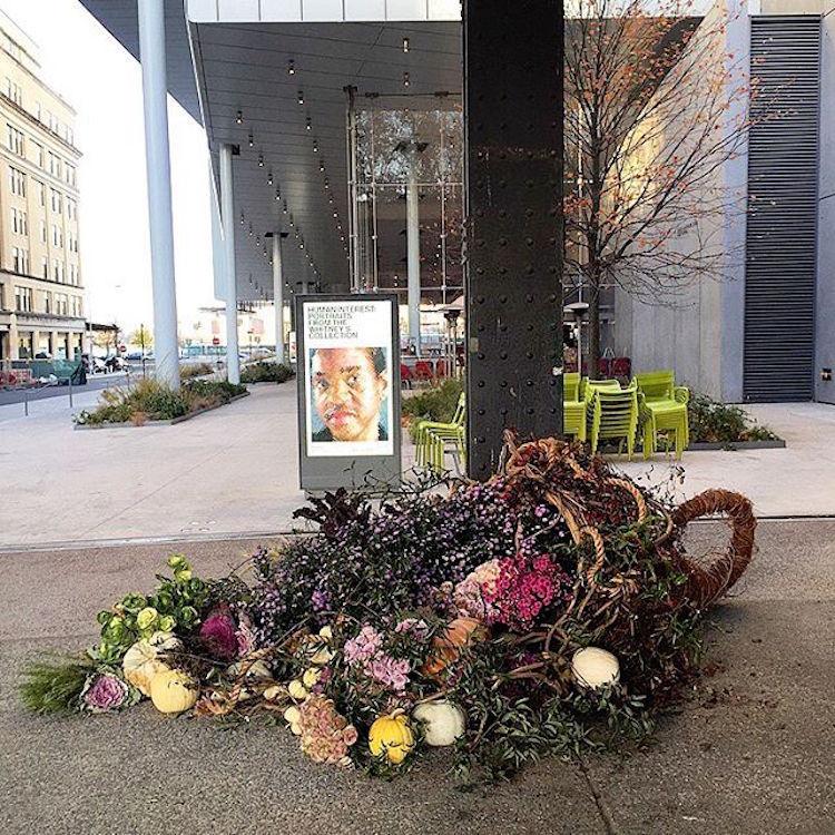 Флорист из Нью-Йорка превращает урны для мусора в роскошные вазоны для цветов