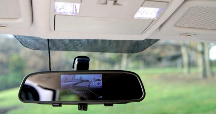Зеркало заднего вида с дисплеем камерой. | Фото: proavto.su. Есть в машине и недостатки. Так, впервы