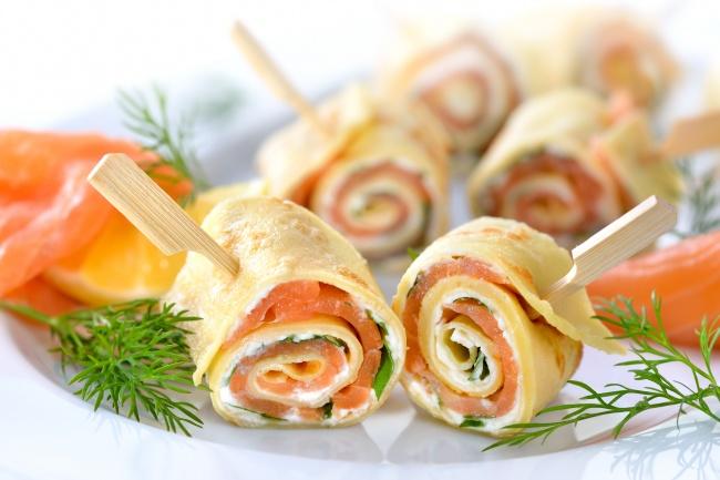 Блинные роллы со сливочным сыром и красной рыбой Ингредиенты: 6 блинчиков 150-200 г малосольной рыбы