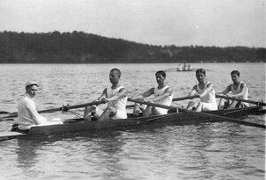 Члены гребного общества в лодке во время соревнований