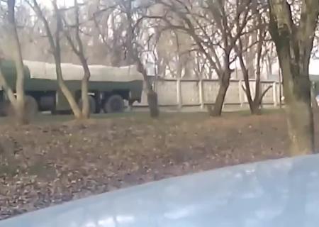 Reuters показало кадры прибытия десятков русских танков кукраинской границе