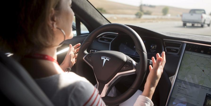 Специалист: Автопилот Tesla небезопасен для велосипедистов