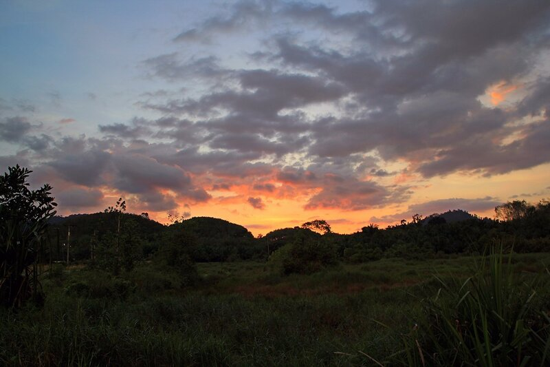 Розовый закат над холмами в Таиланде