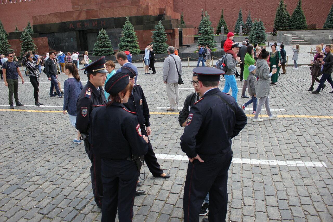 Активиста моментально окружил отряд полицейских