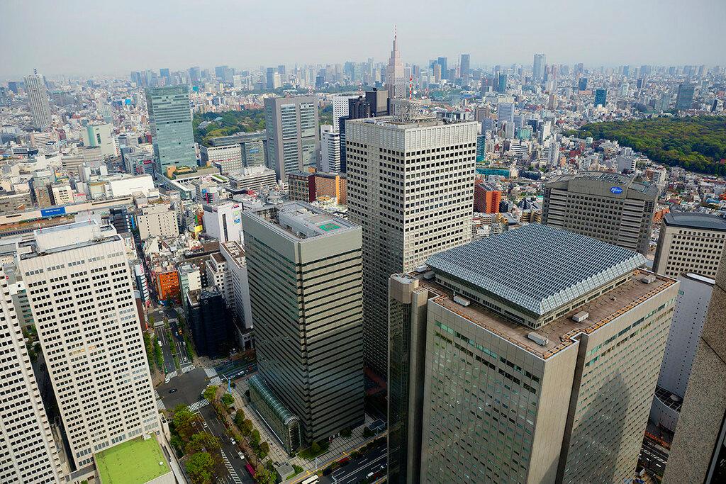 Вид на Токио с высоты башен мэрии города.