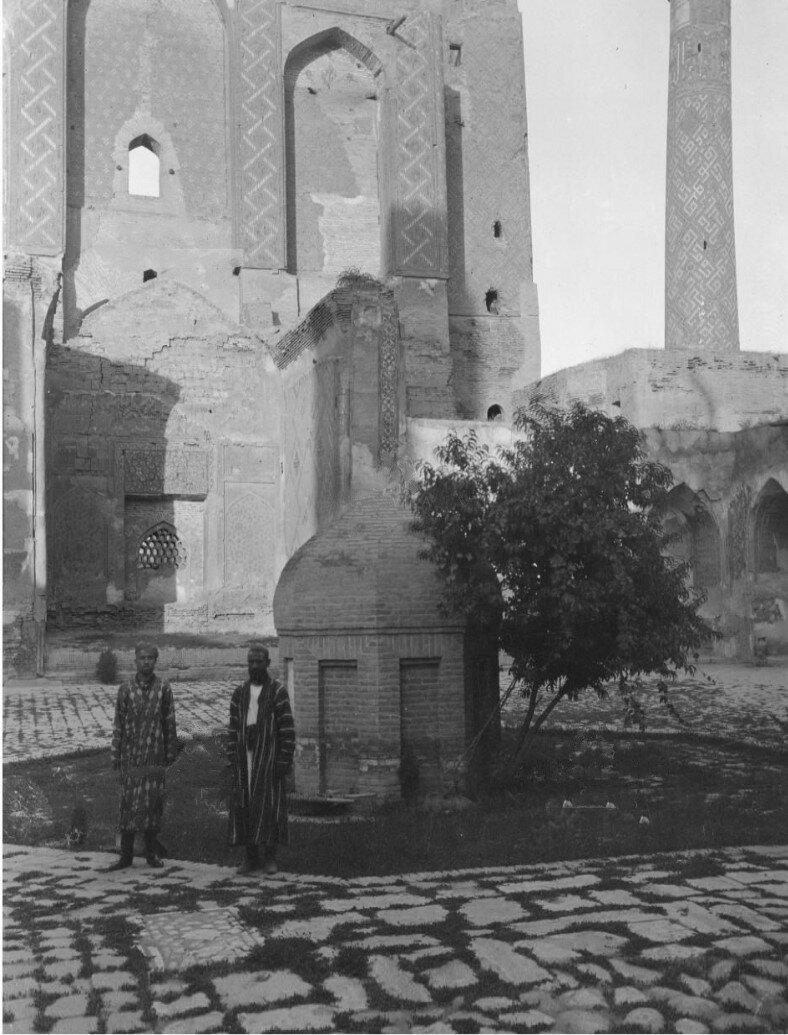 Самарканд. Двое мужчин во дворе Медресе Улугбека