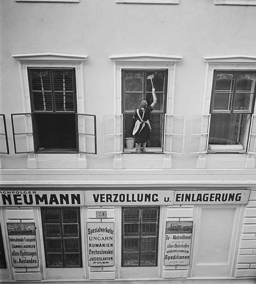 1930-е. Женщина моет окна