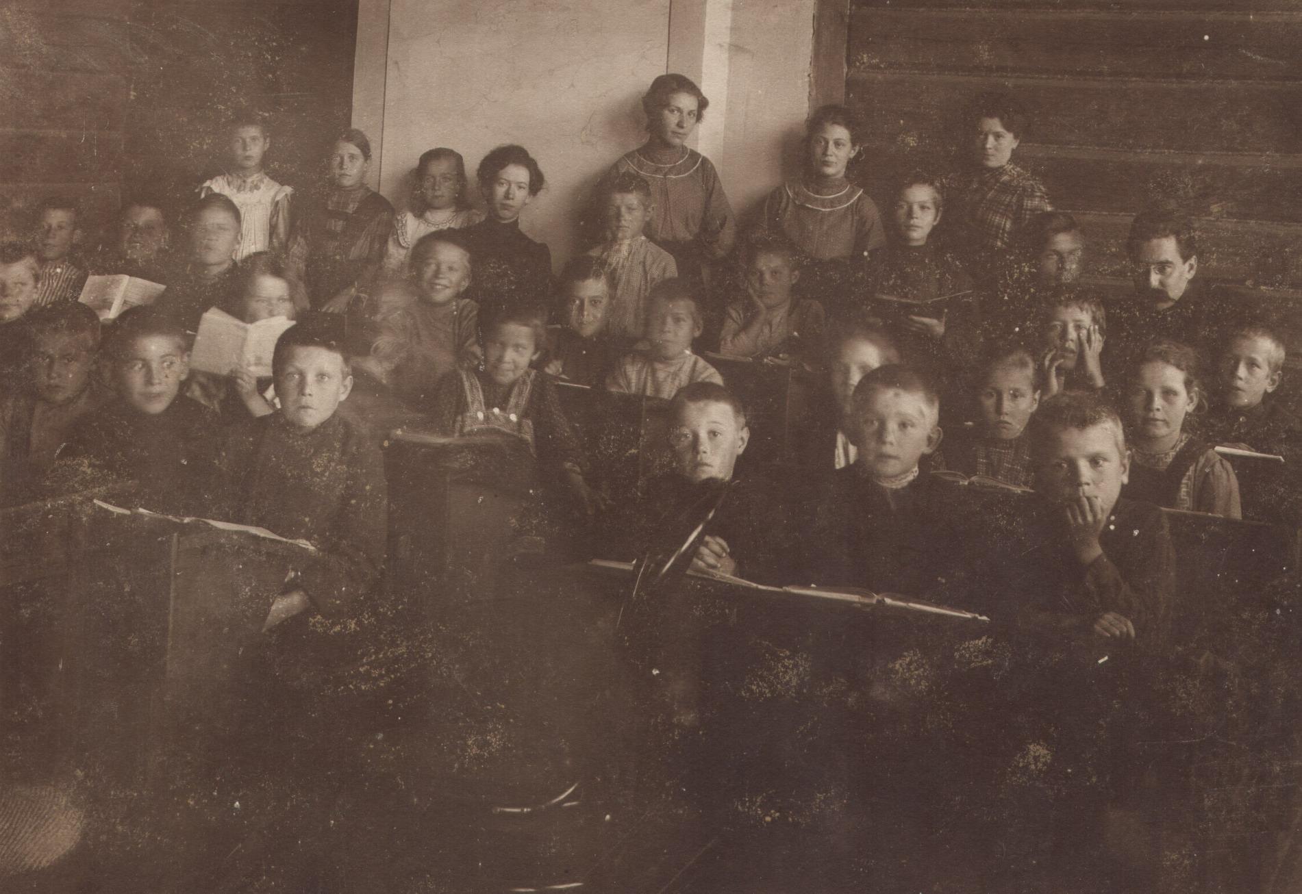 Педагоги и учащиеся начальной школы по улице Садовой. 1910-е