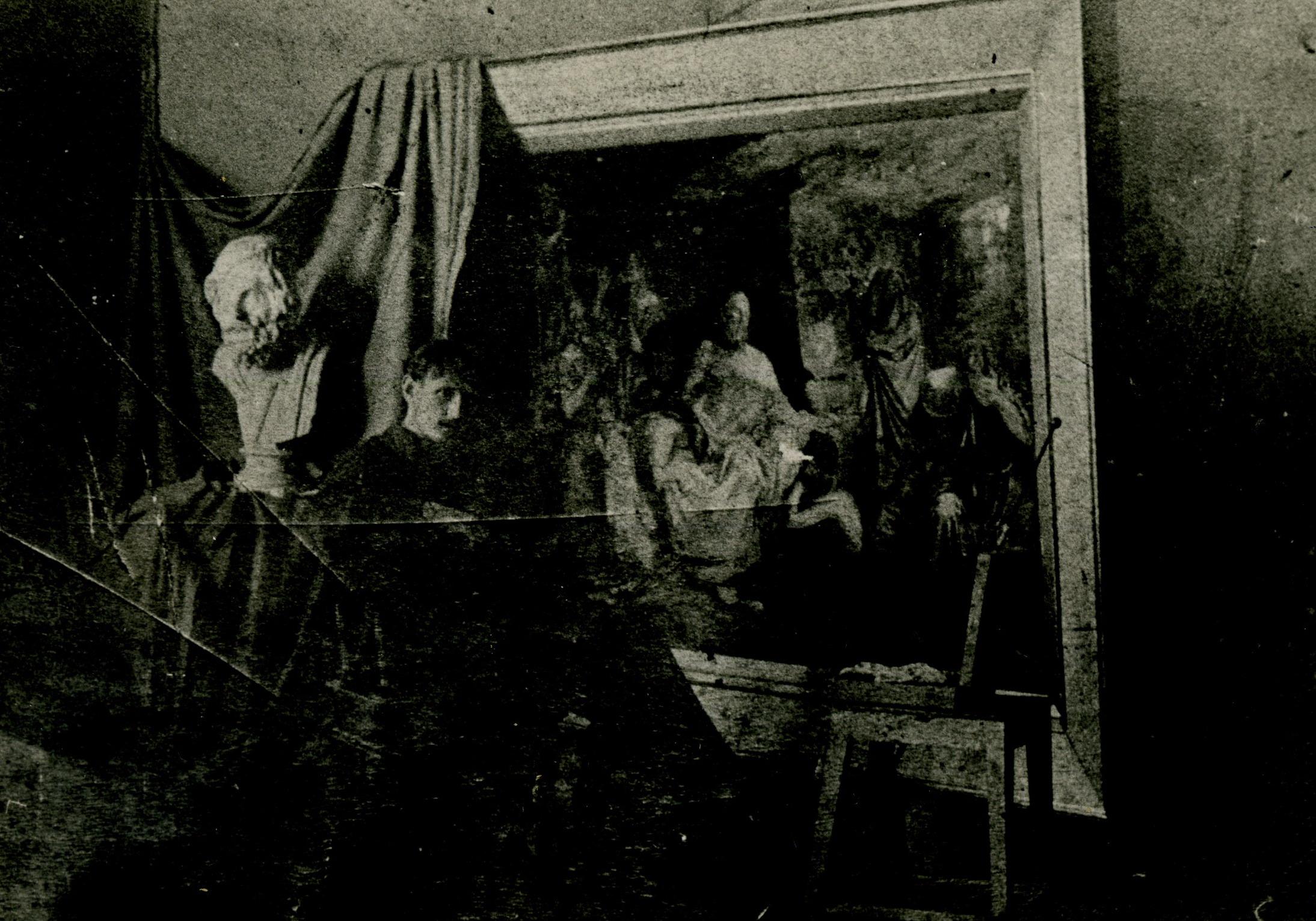Художник Петр Целебровский  около своей дипломной работы «Сократ в темнице». 1888