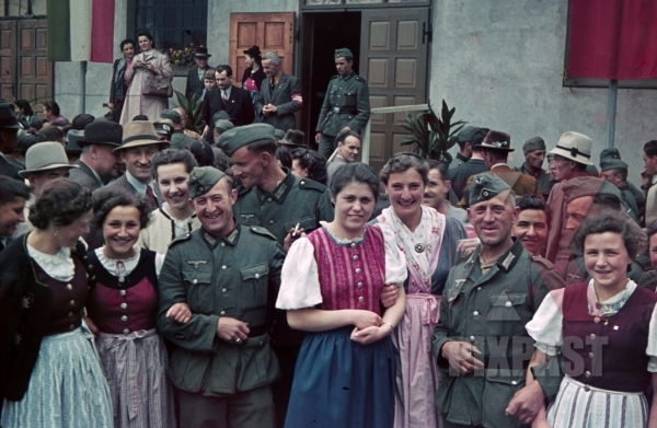 stock-photo-welcoming-of-the-wehrmacht-in-bozen-italy-1940-9811.jpg