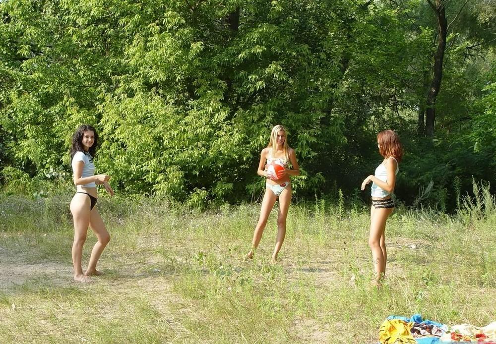 Три молодые девушки развлекаются на природе