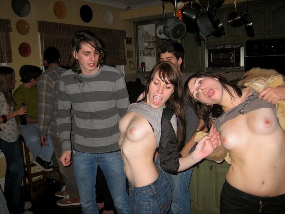 Обнажение девушек в общественных местах (18+)