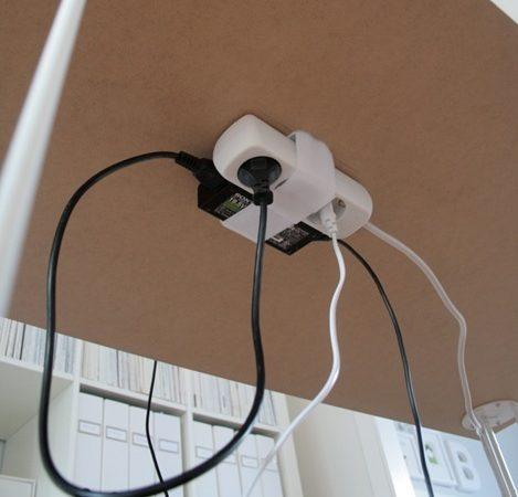 Удлинитель можно закрепить под столешницей с помощью широкой липучки: шурупами зафиксируйте её
