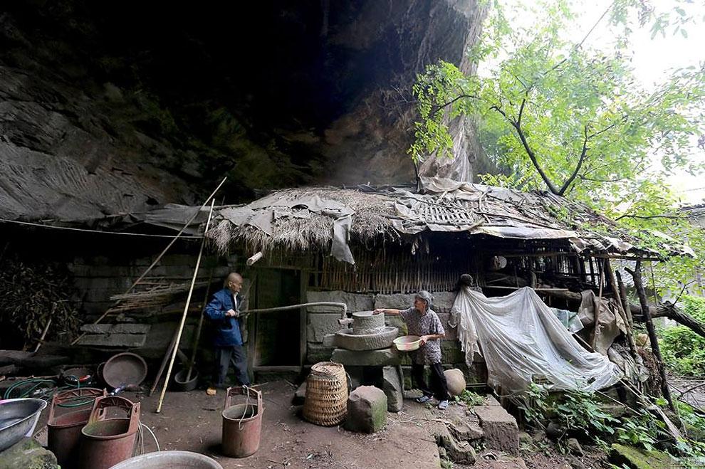С милым рай и в шалаше: китайская семья уже 54 года живет в пещере (6 фото)