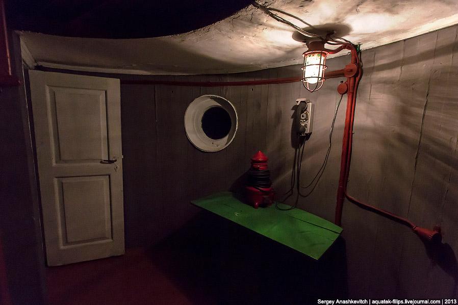И вот — святая святых — в люке показывается горящая в ночи лампа маяка: