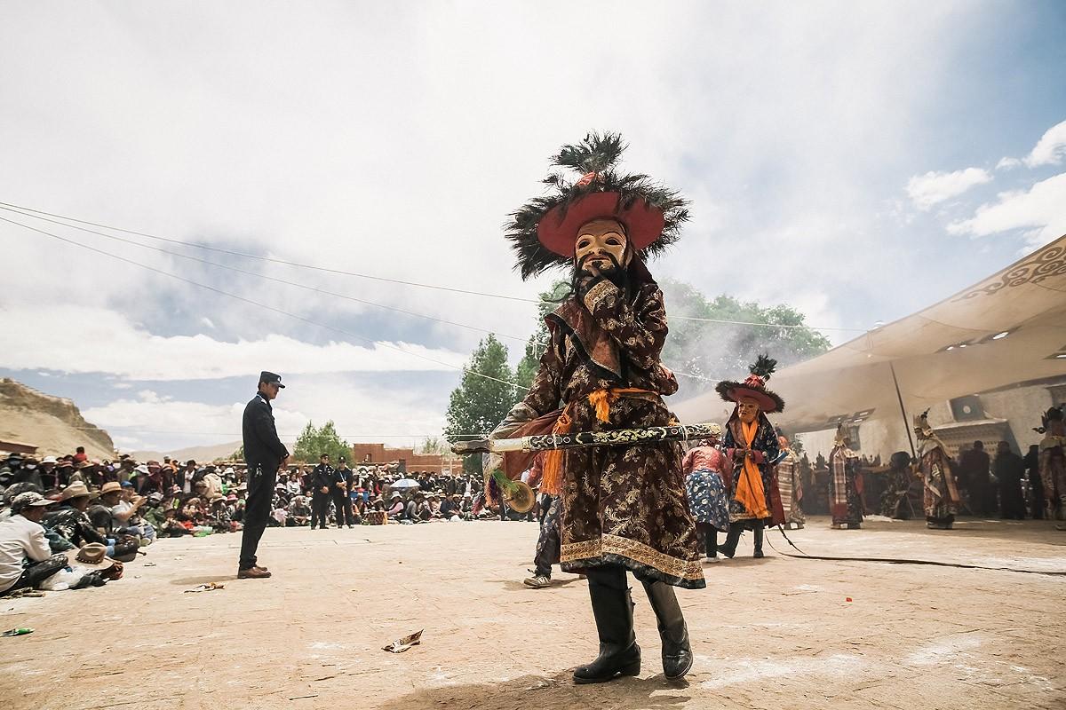 27. В перерыве между танцами на площадку выходил монах, переодетый в злого духа.