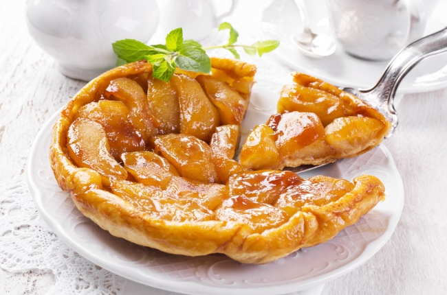 Ингредиенты: 150г сливочного масла 5крупных сладких яблок 250г слоеного теста 150г тростникового