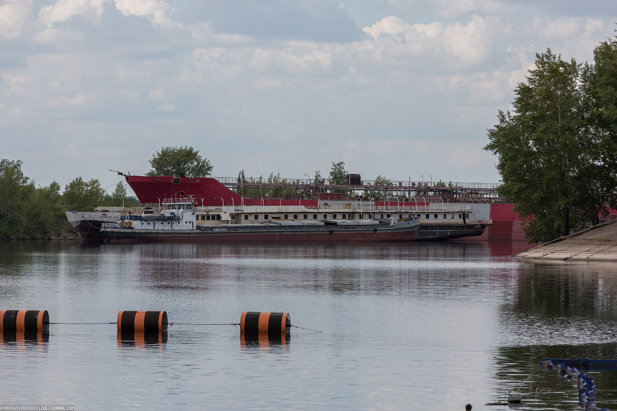 На заднем плане стоит красный танкер. Корабль строился для Казахстана, но они забыли за него заплати