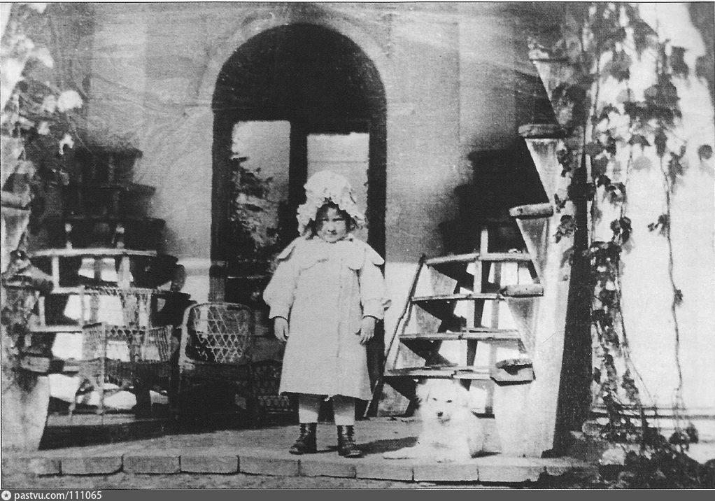 Девочка из семьи Бутурлиных у оранжереи 1900-1910