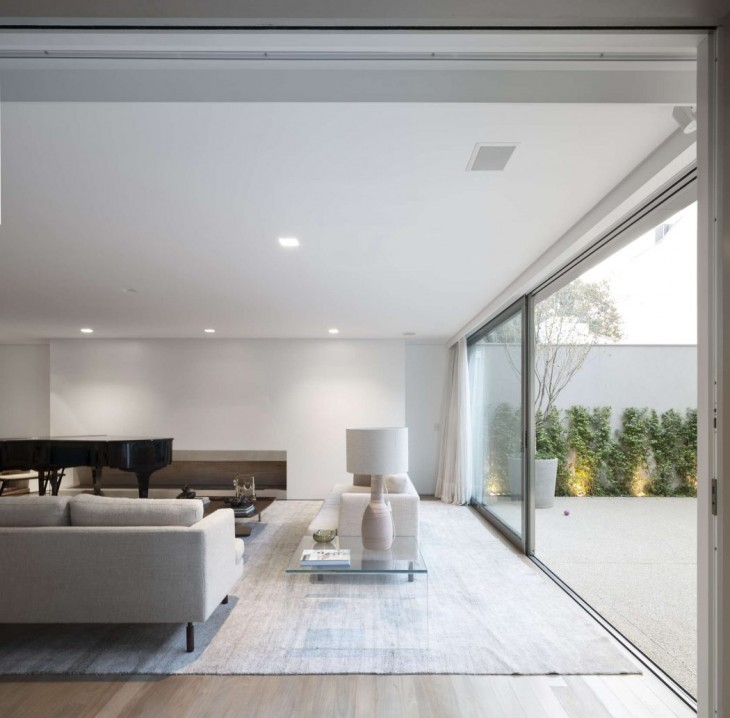 This house is a project for a young couple from Sao Paulo. They challenged the Studio to overhaul an