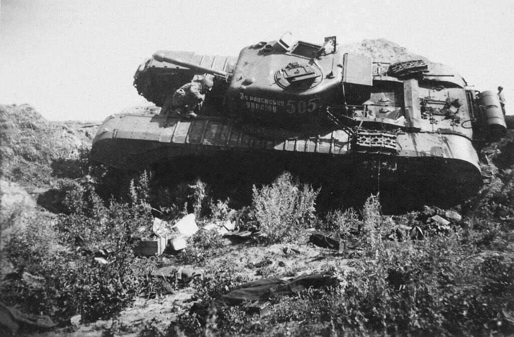 Подбитый танк «Черчилль IV» колонны «За Советскую Украину» из 48-го ОГв ТПП. Район Курска, июль 1943 года.