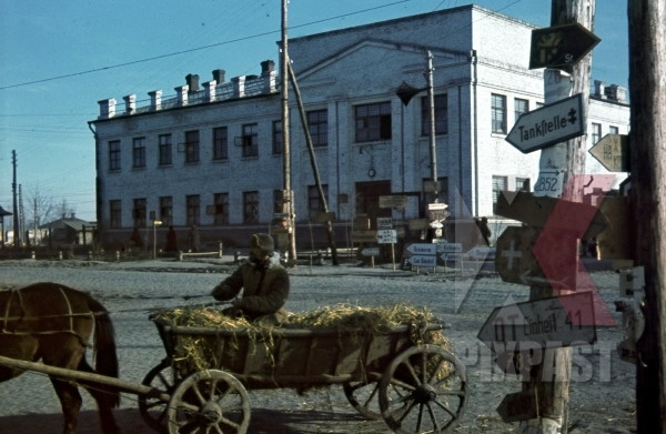 stock-photo-ukrainian-farmer-in-horse-wagon-in--front-of-high-school-in-ochtyrka-ukraine-winter-1941-94-infantry-division-12056.jpg