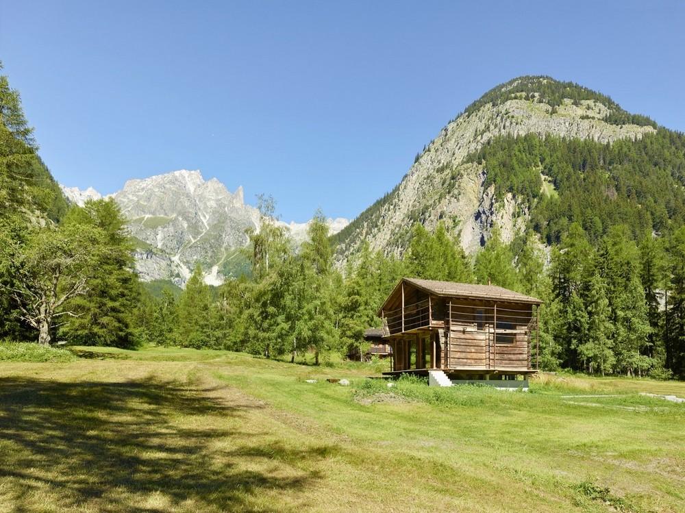 Современный интерьер внутри старого амбара в Швейцарских Альпах